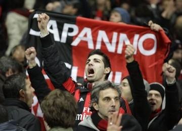 Suporter AC Milan merayakan keberhasilan tim kesayangannya menyingkirkan Arsenal meski menelan kekalahan 0-3 di leg kedua babak 16 besar Liga Champions di Stadion Emirates, London, Selasa (6/3).