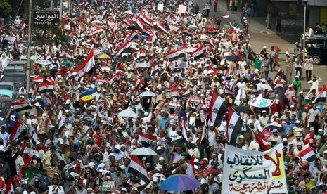 Supporters of President Mohammed Mursi demonstrate near the Rabaah al-Adawiya mosque in the Nasr City neighborhood of Cairo, Egypt, 19July 201.