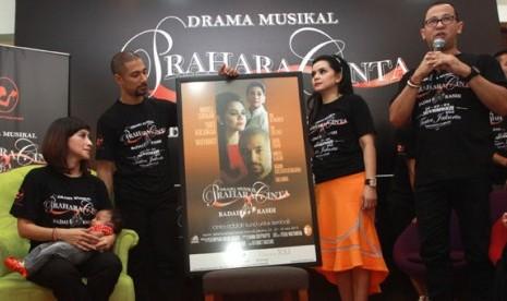 dua kiri) dan pemeran Kasih Yanti Airlangga saat konfrensi pers drama