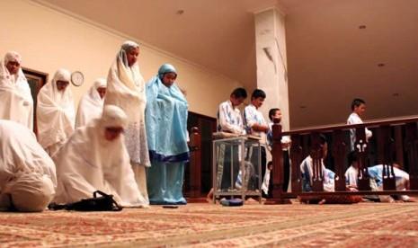 Tahajud Anak: Sejumlah pelajar SMP melakukan sholat tahajud di Masjid Al-Hidayah Rawa Mangun, Jakarta Timur
