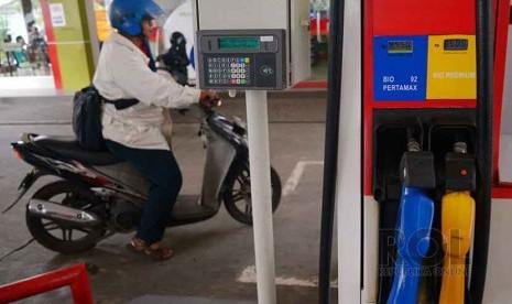 Tahun 2015 Premium Tidak Bersubsidi: Petugas mengisi bahan bakar minyak (BBM) jenis premium di SPBU, Jakarta, Jumat (19/12).