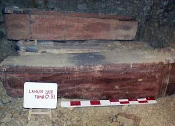 Tampak salah satu peti mati kayu dalam makam kuno yang ditemukan di bagian Utara, Kairo, Mesir
