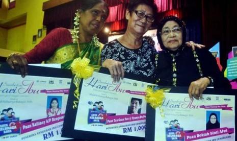 Tan Guan Neo (tengah)