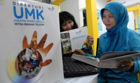 Telkom ditributes 9 billion IDR to small medium enterprises (SME) in its parnership program during the begining of 2012. (illustration)