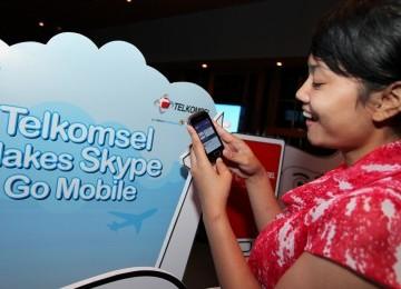 Telkomsel-Skype: Seorang pelanggan Telkomsel sedang menikmati layanan