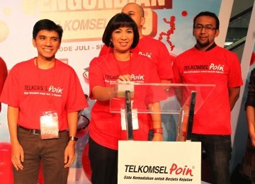 TELKOMSELpoin: (kanan-kiri) Manager Marketing Telkomsel Area Jabotabek Jabar Abdullah Fahmi, GM Market Planning & Analysis Telkomsel Syafriyana C. Siregar, dan Manager Loyalty Program Analysis Telkomsel Syamsunil saat pengumuman Pemenang TELKOMSELpoin peri