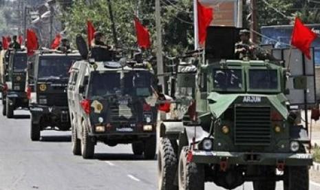 Tentara India melakukan patroli ketat di jalan-jalan di ibukota Kashmir, Srinagar, India.