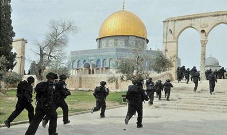 Tentara Israel menyerbu masuk areal Masjid Al Aqsa