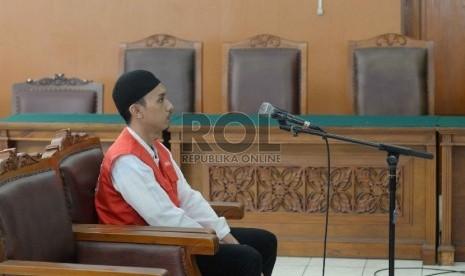 Tersangka pembunuhan Deudeuh Alfi Sahrin alias Tata Chubby, Muhammad Prio Santoso mengikuti sidang perdana di Pengadilan Negeri Jakarta Selatan pada hari ini, Senin (21/9).  (Republika/Yasin Habibi)