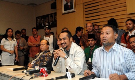 The chairman of Indonesian Corruption Eradication Commission or KPK, Abraham Samad (center) holds a press conference during the standoff when some police officers try to arrest one of KPK investigator in Jakarta on early Saturday. KPK accuses the attempt is a part of criminalization towards their institution.