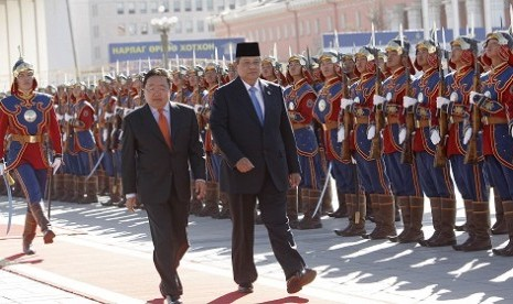 The visiting Presiden Susilo Bambang Yudhoyono (right) is accompanied with Presiden Mongolia Tsakhia Elbegdorj in Ulan Bator, Mongolia on Thursday.