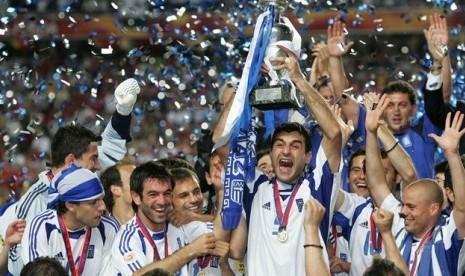 Theodoros Zagorakis mengangkat trofi Henri Delaunay setelah Yunani mengalahkan Portugal 1-0 di partai final Piala Eropa 2004.