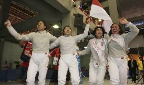 Tim Beregu Putri Anggar Indonesia (dari kiri-kanan), Maria Wauran, Diah Permatasari, Amelia Noerliyami, dan Reni Anggraeni.
