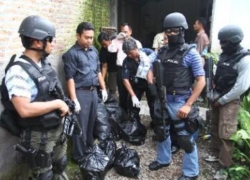 Tim Densus 88 dalam sebuah penggerebekan tersangka teroris.
