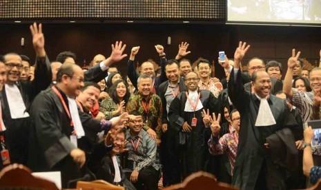 Tim kuasa hukum pasangan presiden nomer urut dua Jokowi-JK dan komisioner KPU berfoto bersama usai putusan sidang sengketa Pilpres di Gedung Mahkamah Konstitusi (MK), Jakarta, Kamis (21/8).