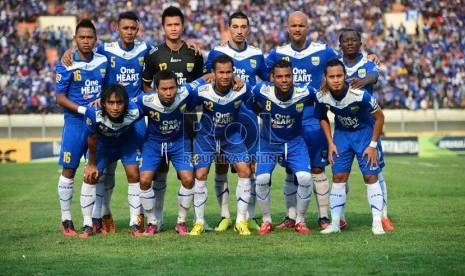 Tim Persib Bandung pada pertandingan Liga Super Indonesia 2013 Putaran II di Stadion Si Jalak Harupat, Bandung, Selasa (20/8).   (Republika/Yogi Ardhi)