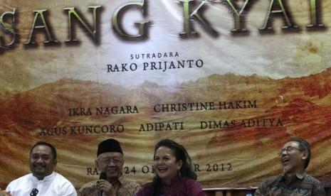 Tokoh NU Salahuddin Wahid atau Gus Solah (dua dari kiri) bersama sutradara Rako Prijanto (kiri) dan para pemain film Sang Kyai Christine Hakim (dua dari kanan) dan Ikra Negara (kanan) berbicara perihal film Sang Kyai pada konfrensi pers dan syukuran film t