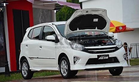Toyota Agya                      (Republika/Yogi Ardhi Cahyadi)