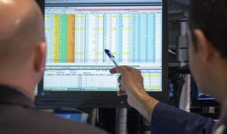 Para pialang saham bekerja di Bursa Saham New York, Amerika Serikat. (Ilustrasi)