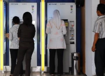 Transaksi di mesin ATM. Ilustrasi