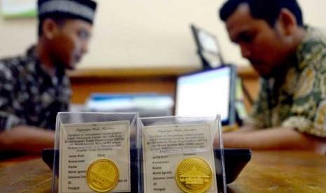 Transaksi pembelian Dirham Dinar di Baitul Mal wat Tamil (BMT) Al-Azhar, Jakarta,