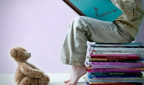 Tumbuhkan kebiasaan membaca kepada anak sejak dini. Salah satu cara ciptakan suasana membaca yang kental di rumah