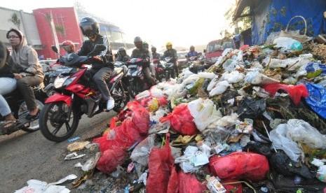 Tumpukan sampah mempersempit Jalan Raya Pondok Gede, Kota Bekasi, Jawa Barat