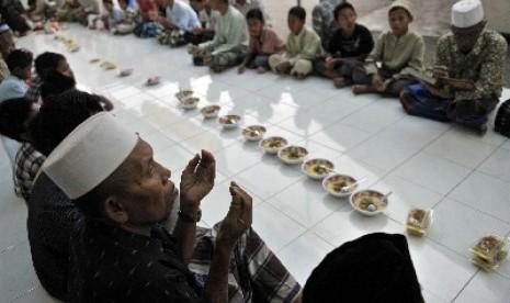 Duduk Sama Rata Megibung, Tradisi Jelang Ramadhan di Bali