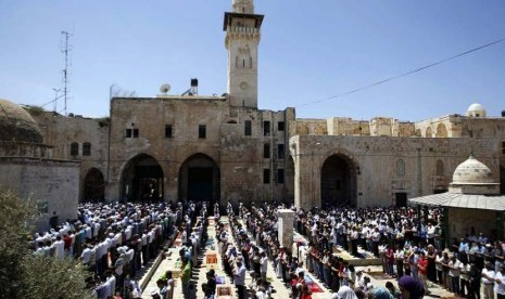 Umat Islam Palestina menunaikan Shalat Jumat berjamaah di Komplek Masjid AL Aqsa,Yerusalem, Jumat (10/8). (Ammar Awad/Reuters)