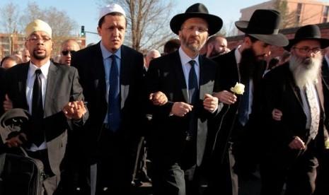Umat Muslim, Kristen dan Yahudi berjalan bersama dalam diam memprotes pembunuhan di Toulose, kota simbol toleransi di Prancis. Toleransi adalah sikap yang sangat dianjurkan Nabi Muhammad.