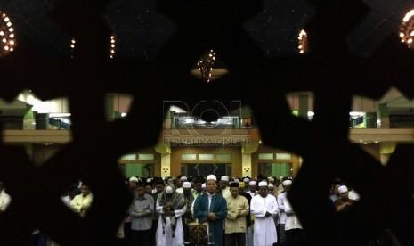 Umat muslim menjalankan salat Tarawih pertama Ramadhan 1435 Hijriyah