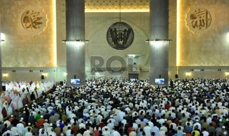 Umat Muslim menjalankan shalat Tarawih pertama bulan suci Ramadhan 1434 H di Masjid Istiqal, Jakarta, Selasa (9/7).  (Republika/Rakhmawaty La'lang)