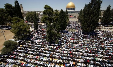 Umat Muslim Palestina menjalankan ibadah Shalat Jumat di pelataran Masjid Al Aqsa, (11/7).