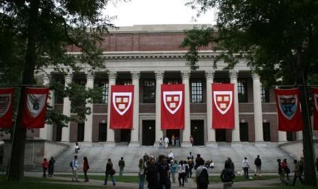 Ayat Quran di Gerbang Fakultas Hukum Harvard