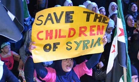 Unjuk rasa mengutuk aksi pembantaian penduduk sipil Houla, yang dilakukan oleh warga Suriah yang tinggal di Tripoli,Lebanon, Sabtu (3/6).