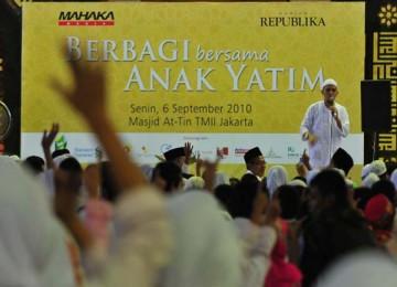 Ustadz Arifin Ilham memberi siraman rohani dalam acara Republika berbagi bingkisan dengan 3.000 anak yatim.