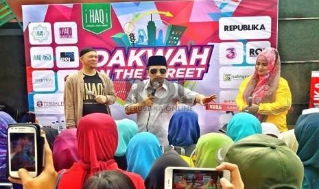 Ustaz Yusuf Mansur bersama kang Erick dan Fahira Idris tampil pada acara 'Dakwah On The Street' yang digelar iHAQi di Car Free day (CFD) Jl Dago, Kota Bandung, Ahad (15/2).   (Republika/Muhammad Taufik Hidayat)