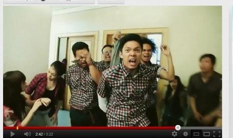 Video parodi 'tim sukses' Jokowi-Ahok menyindir rumitnya membuat KTP di Jakarta beredar di Youtube.