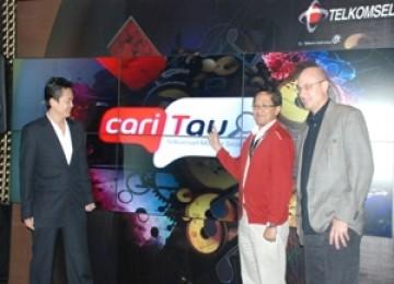 VP Digital Music & Content Management Telkomsel Krish Pribadi (tengah) didampingi VP Gracenote Sho Izaki (kiri) dan CEO Code Jawa Craig Owensby saat peluncuran Telkomsel CariTau, di Jakarta, (8/12).
