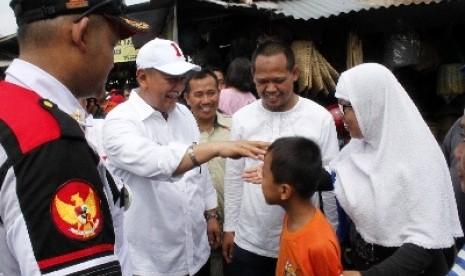 Wakil Gubernur Jawa Barat Deddy Mizwar (kedua kiri) menyapa warga saat