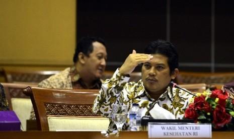 Wakil Menkes Ali Ghufron Mukti (tengah) berbicara saat mengikuti rapat ...