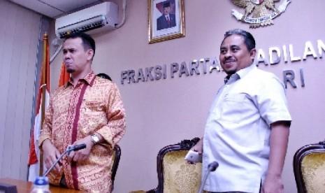 Wakil Sekjen PKS Mahfudz Siddiq (kiri) dan Presiden PKS Lutfi Hasan Ishaq (kanan).