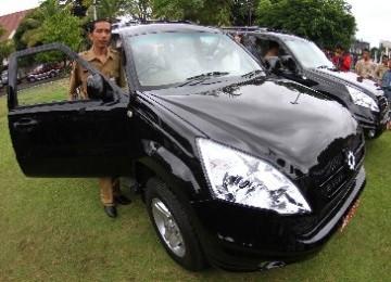 Walikota Solo, Joko Widodo (Jokowi), melakukan uji coba mobil buatan siswa SMK di Balaikota, Solo, Senin (2/1). Mobil sumbangan SMK Warga dan SMK 2 bekerjasama dengan Kementerian Pendidikan tersebut akan digunakan sebagai mobil dinas.