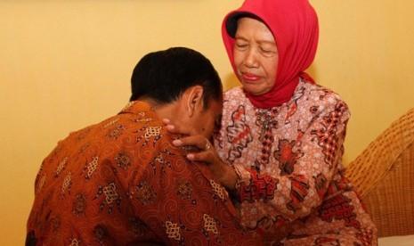 Walikota Solo, Joko Widodo (kiri) sungkem untuk memohon doa restu kepada ibunya sebelum berangkat mengikuti Pilgub DKI Jakarta di Sumber, Solo, Jateng, Rabu (19/9).