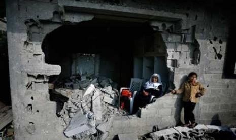 Wanita Palestina di bekas reruntuhan
