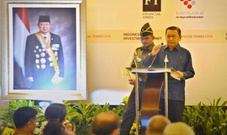 Wapres Boediono (kanan) menyampaikan pidato mengenai perkembangan ekonomi dalam forum Indonesia Investment Summit 2013 di Jakarta, Kamis (7/11).