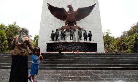 Warga berada di Monumen Pancasila Sakti, Jakarta, Selasa (29/9).