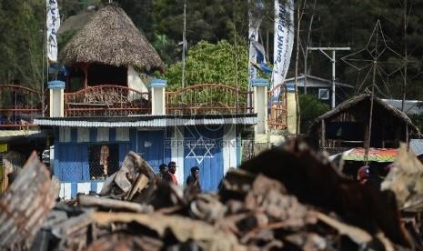 Warga beraktifitas di lokasi terbakarnya kios dan masjid di Tolikara, Papua, Kamis (23/7).