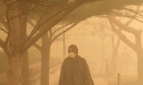 Warga berjalan menembus kabut asap di kawasan Tugu Soekarno, Kota Palangkaraya, Kalimantan Tengah, Selasa (20/10).