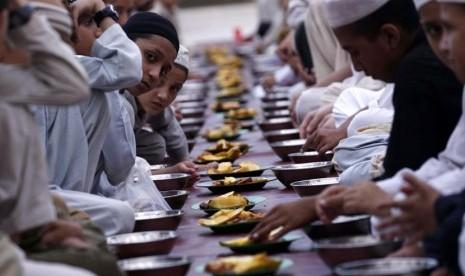 Warga bersiap berbuka puasa di Peshawar, Pakistan, Kamis (11/7).    (EPA /ARSHAD Arbab)
